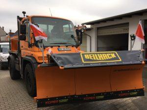 Schmidt Schneepflug BEILHACK PV23-3N an UNIMOG U400 (Frontansicht)