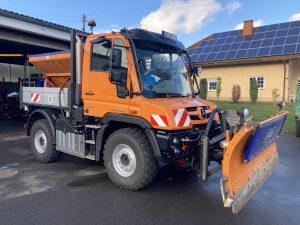 Neuer UNIMOG U218 der Gemeinde Kirschweilermit Schneepflug und Streuautomat